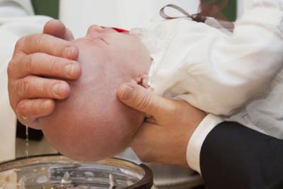 Ile dać na chrzest od chrzestnego 2018? Koperta czy prezent?