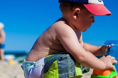 Pierwsza plaża z niemowlakiem: must have mamy i dziecka