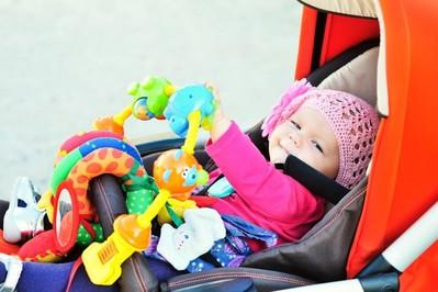 Zabawki do wózka i nie tylko – jak wybrać odpowiednie zabawki dla niemowlaka?