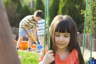 Wiosenne porządki w ogrodzie - dziecko pomaga!
