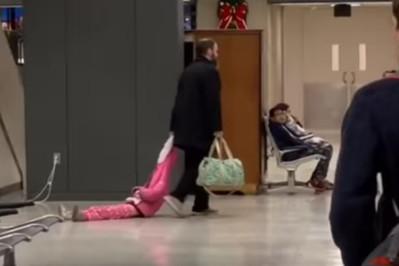 Ciągnął córkę za kaptur po lotnisku! Należy mu się medal?