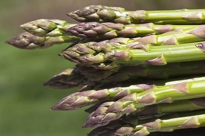 Wiosenne smakołyki – jak przyrządzić szparagi?