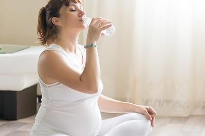 Jaką wodę pić w ciąży oraz ile dokładnie?
