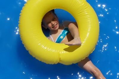 Dlaczego dzieci powinny na basenie zakładać czepek?