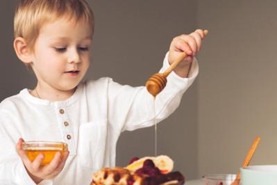 Czy dzieci mogą jeść miód? Nie podawaj go zbyt wcześnie!