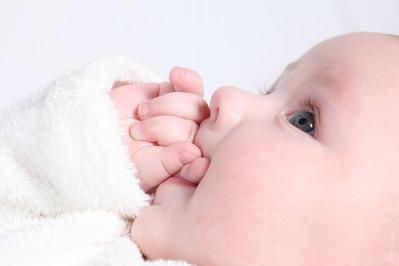 Rodzicielstwo bliskości a ząbkowanie. Trend eko wśród rodziców