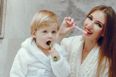 Eko sposoby na mleczne ząbki: co zamiast pasty do zębów?
