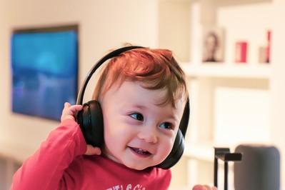 Hałas i niemowlak: jak unikać przestymulowania dźwiękowego u dziecka?