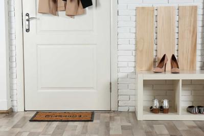 Szafka na buty z siedziskiem – funkcjonalność i wygoda w jednym!