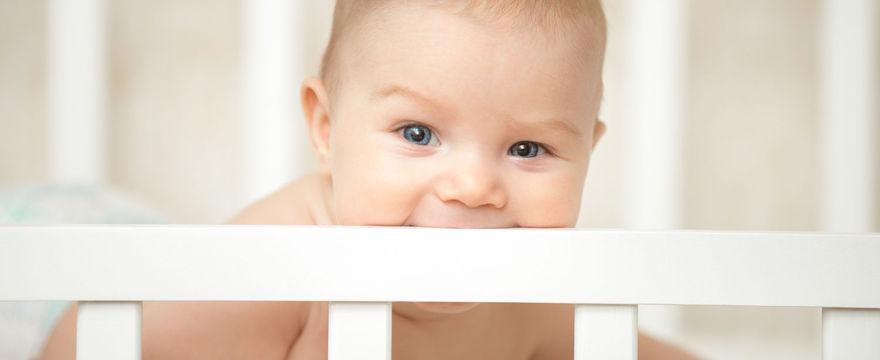 Łóżeczko dla niemowlaka – co (nie) powinno się w nim znaleźć?