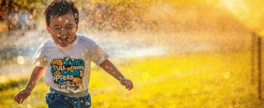 5 sposobów jak ochłodzić malucha w upał: lato z dzieckiem w domu!