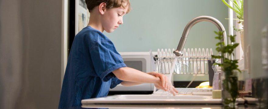 Jak rozmawiać z dzieckiem o koronawirusie? 5 ważnych zasad dla RODZICA