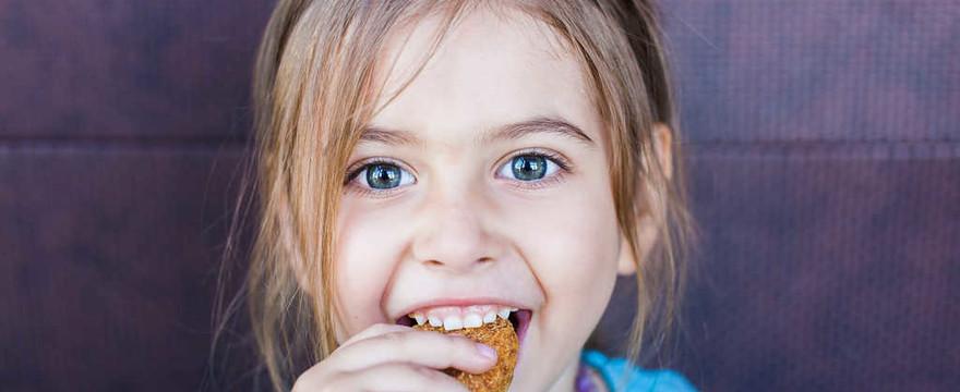 Zadławienie u dzieci. Jak krok po kroku pomóc dziecku odkrztusić jedzenie?