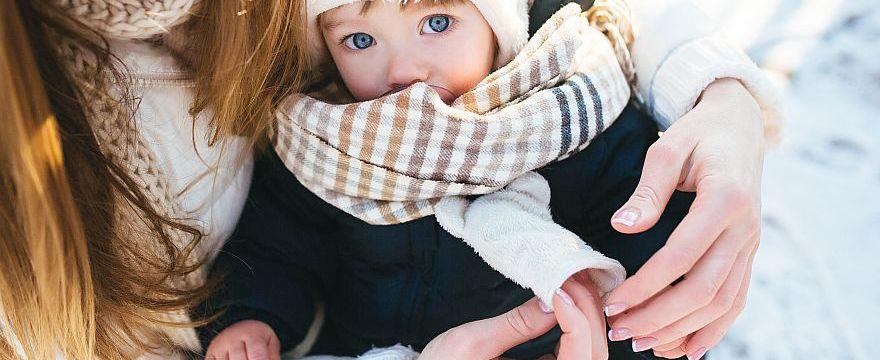 Jak ubrać małe dziecko aby go nie przegrzać? Mamy radzą