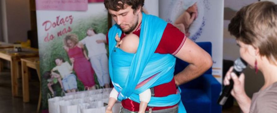 Jak podnosić i nosić niemowlę. Pielęgnacja a wspomaganie rozwoju dziecka | sunela.eu
