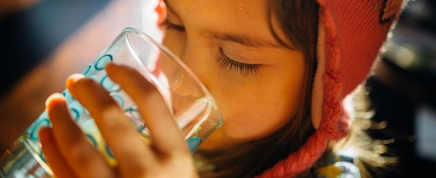 Zdrowe nawyki: jak nauczyć dziecko pić wodę?