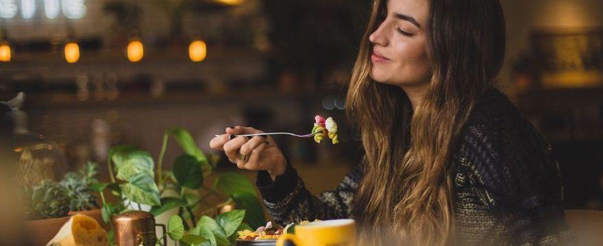 DIETETYK radzi: co jeść na płodność kobiety? Dieta która poprawia płodność