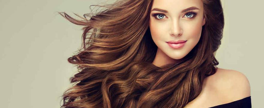 Kręcone czy proste włosy? Wyczaruj nową fryzurę na Dzień Kobiet