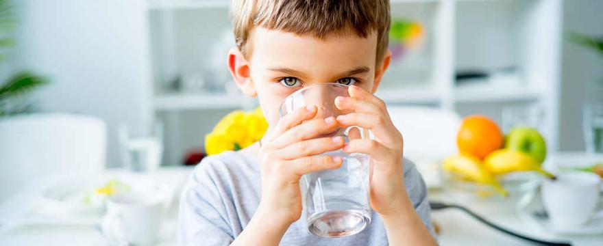 Poznaj 5 sprytnych sposobów, które mogą pomóc Ci zachęcić przedszkolaka do picia wody!