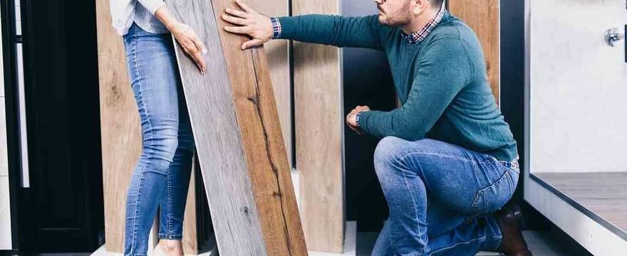 Płytki ceramiczne jak drewno: dębu, orzecha czy sosny – jaki odcień jest obecnie w modzie?