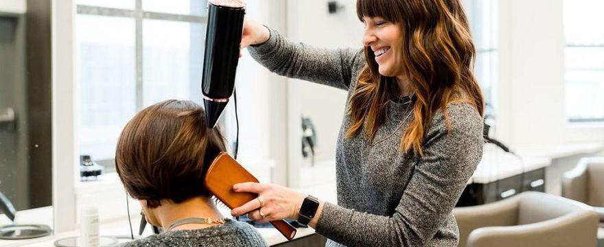 III etap odmrażania gospodarki: otwarte salony fryzjerskie i restauracje, zajęcia opiekuńcze w szkołach. Sprawdź ZASADY