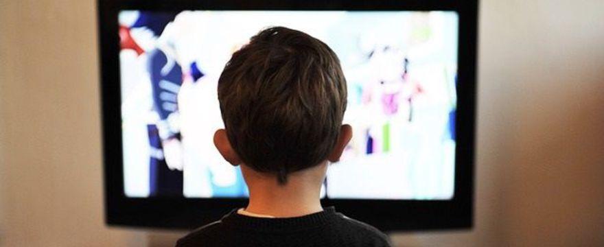 Ile dziecko może spędzać czasu przed telewizorem?