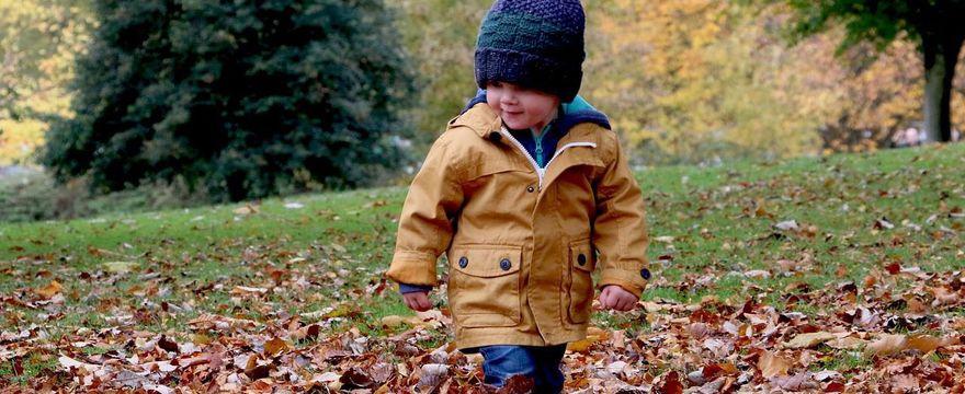 955273199bbb38 5 rad jak ubierać dziecko jesienią - Artykuł - Familie.pl