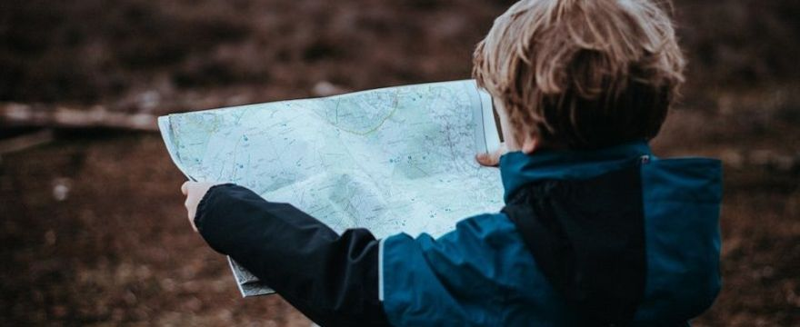 Nauka samodzielności przez dziecko: czy bliskość przeszkadza w rozwoju malucha?