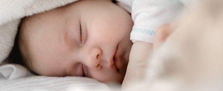 Mamy po porodzie są rozdzielane z dziećmi! Procedury koronawirusowe