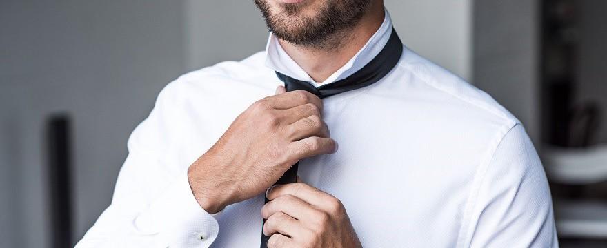 Biała koszula – ponadczasowy must have w garderobie mężczyzny. Jak ją prać i prasować, by zawsze wyglądała nieskazitelnie?
