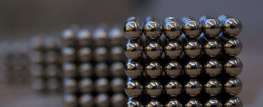 Uważaj na kulki magnesowe w zabawkach! Lekarze wyjęli aż 50 z brzucha dziecka