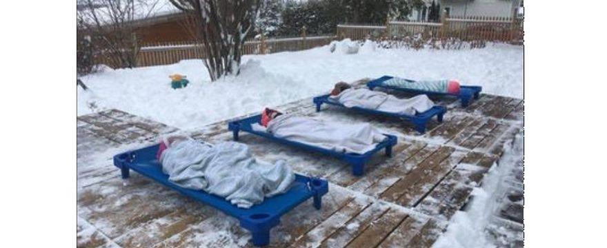 Rodzice w szoku: w tym przedszkolu dzieci leżakują na dworze!