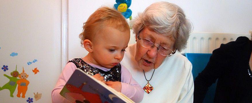Babcia na etacie jako niania własnego wnuka. Czy to dobre rozwiązanie?
