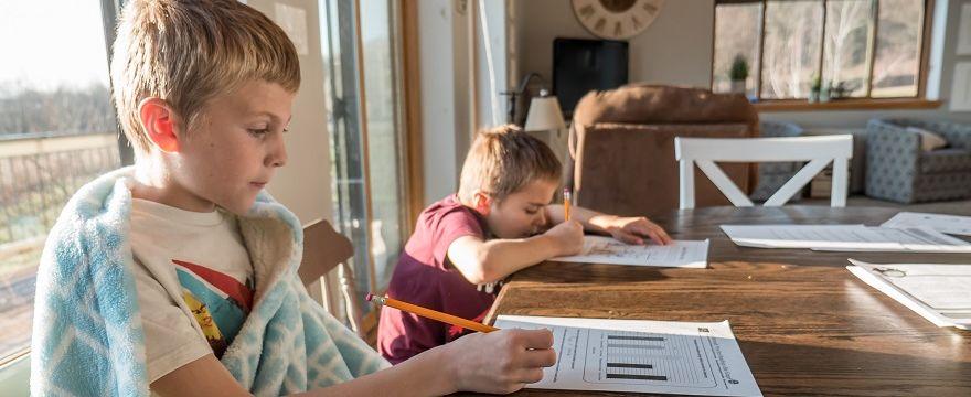 Dziecko ma kwarantannę: czy rodzice i domownicy też ją mają?