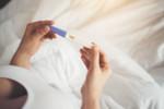 Plamienie implementacyjne czy miesiączka? Sprawdź wczesne objawy ciąży