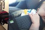 Jak nosić fotelik z dzieckiem? Prosty trik, który to ułatwi