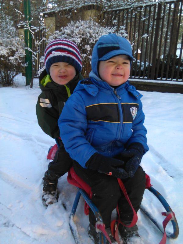 my się zimy nie boimy Kamil i Aruś 7 i 5 lat