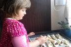 Alusia piecze ciasteczka z owocami