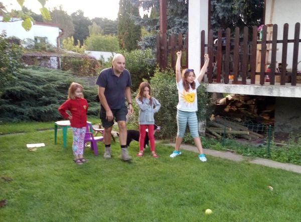 Klara lat 8, gra w bule z wujkiem, siostrą i koleżanką