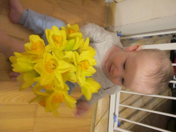 Maksym i pierwsze wiosenne kwiaty w domu - na moje 10 miesięcy!