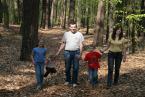 Rodzinny spacer po wiosennym lesie