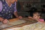 Nauka lepienia pierogów u prababci