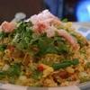 Sałatka ryżowa z paluszkami surimi.
