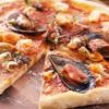 Pizza z owocami morza i sosem czosnkowym