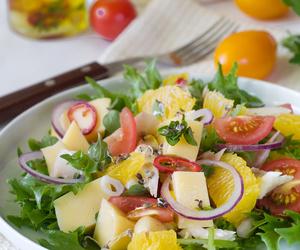 Orzeźwiająca sałatka z żółtym serem i pomarańczą