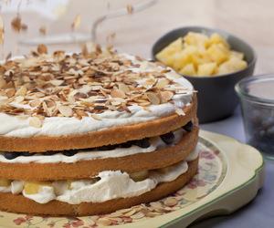 Tort z migdałami, owocami i kremem mascarpone