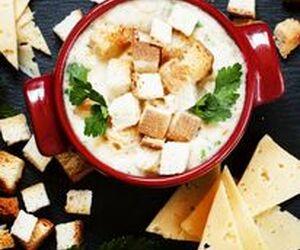 Zupa serowa ze świeżą pietruszką i grzankami