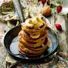 Pancake z maślanki z sosem karmelowym i owocami