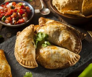 Empanadas z mięsem, warzywami i serem żółtym