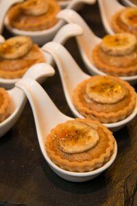 Mini tartaletki z kremem bananowo-orzechowym i nutą karmelu